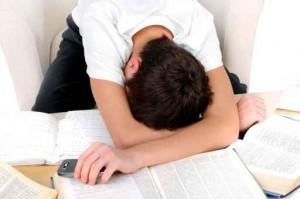 Zdjęcie studenta zmęczonego myśleniem o tym ile ma do zrobienia